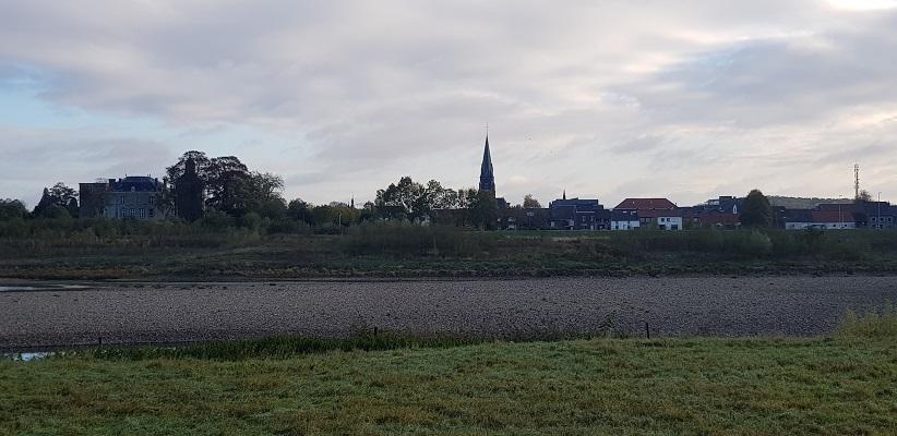 Zicht op Borgharen tijdens een wandeling op het Maaspad van Maastricht naar Berg aan de Maas