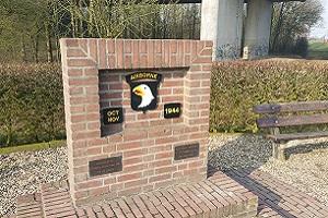 Wandelen over het Airbornepad bij oorlogsmonument in Heveadorp.