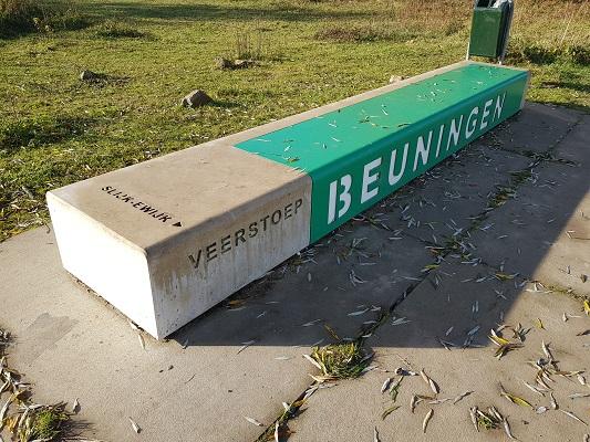 Wandelen over klompenpad Doddendaelpad bij veerstoep in Beuningen