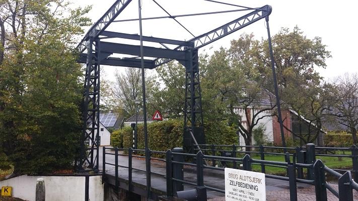 Ophaalbrug Aldtsjerk op wandeling over Elfstedenpad van Oentsjerk naar Leeuwarden