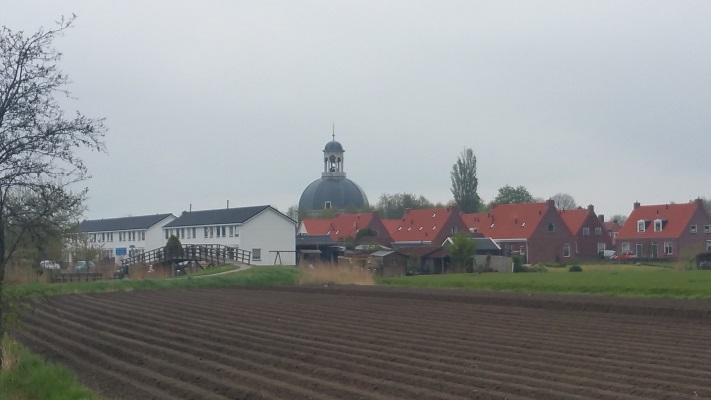 Zicht op Berlikum tijdens wandeling over Elfstedenpad van Franeker naar Sint-Annaparochie