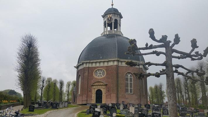 Koepelkerk Berlikum tijdens wandeling over Elfstedenpad van Franeker naar Sint-Annaparochie