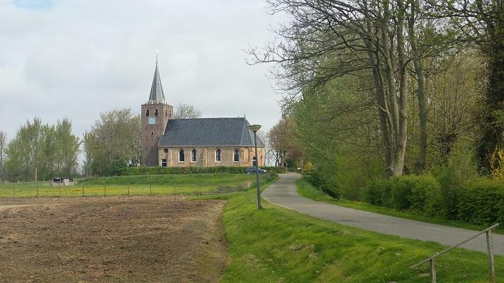 Kerk Schalsum tijdens wandeling over Elfstedenpad van Franeker naar Sint-Annaparochie