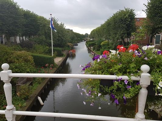 Tuinen in IJlst tijdens een wandeling over het ELfstedenpad van IJlst naar Balk