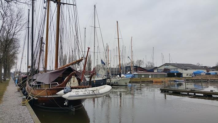 Schepen Harlingen op wandeling over het Elfstedenpad van Wijnaldum naar Harlingen