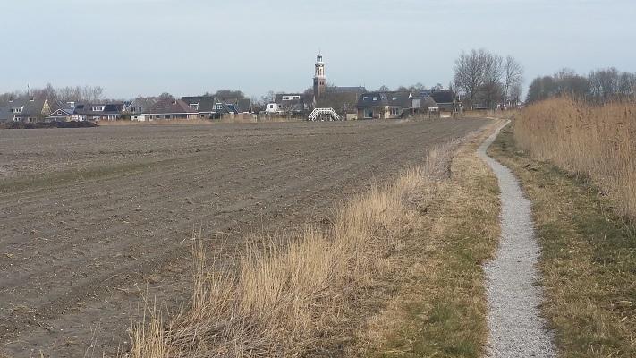 Zicht op Arum op wandeling over het Elfstedenpad van Witmarsum naar Kimswerd