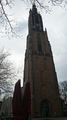 Wandelen over het Grebbeliniepad bij de Nieuwe Kerk in Amersfoort