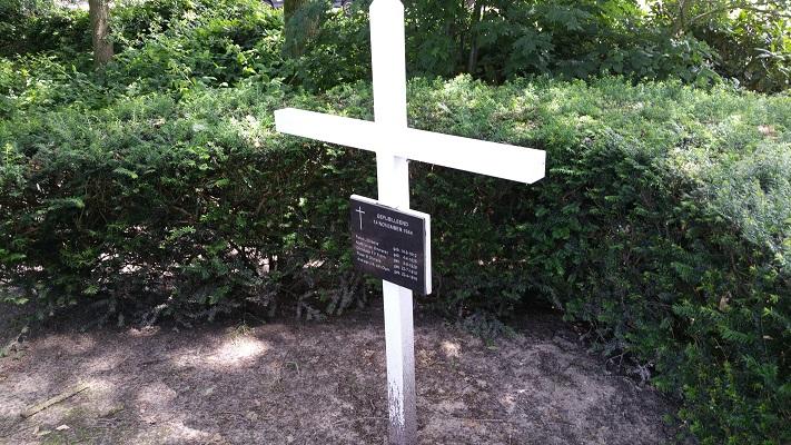Wandelen over het Grebbeliniepad bij herdenkingskruis van de gevallen soldaat in Renswoude