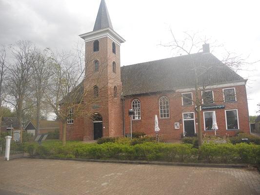 Wandelen over het Groot Frieslandpad bij de kerk in Annerveenschekanaal