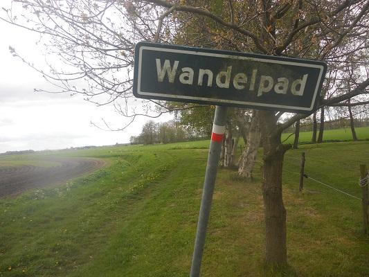 Wandelen over het Groot Frieslandpad over wandelpad in Nieuw Annerveen