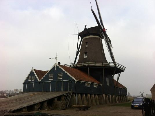 Wandelen over het Groot Frieslandpad bij molen De Rat in IJlst
