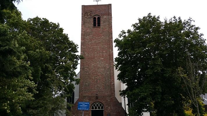 Wandelen over het Groot Frieslandpad bij de kerk in Oudkarspel