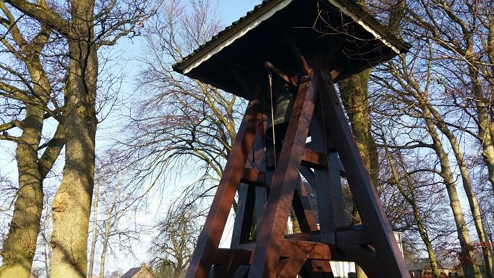 Wandelen over het Groot Frieslandpad bij klokkestoel in Hemrik