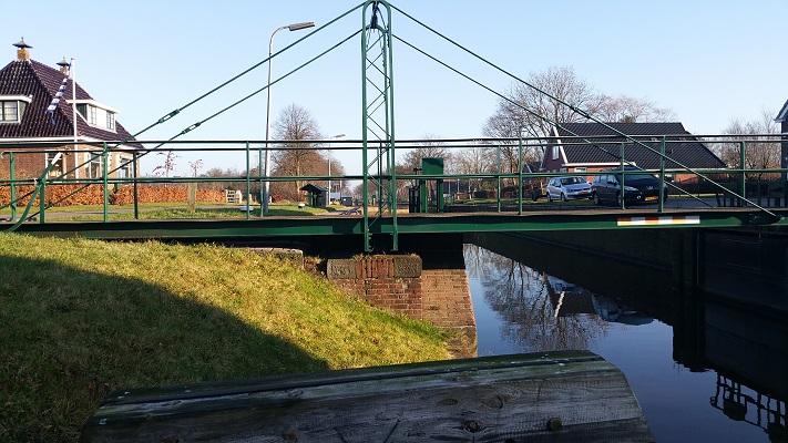 Wandelen over het Groot Frieslandpad bij draaibrug over de Compagnonsvaart