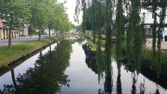 Wandelen over het Groot Frieslandpad bij het Pekelerhoofddiep in Oude Pekela