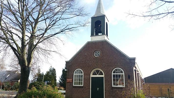 Wandelen over het Groot Frieslandpad bij de kerk in Een