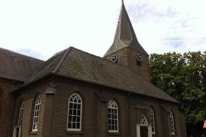 Wandelen over het Hanzestedenpad bij de kerk in Almen