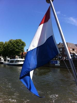 Scheepsvlag veerpont Deventer in dagwandeling Twellose Landgoederen over het Hanzestedenpad