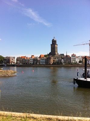 Zicht op IJssel en Deventer in dagwandeling Twellose Landgoederen over het Hanzestedenpad