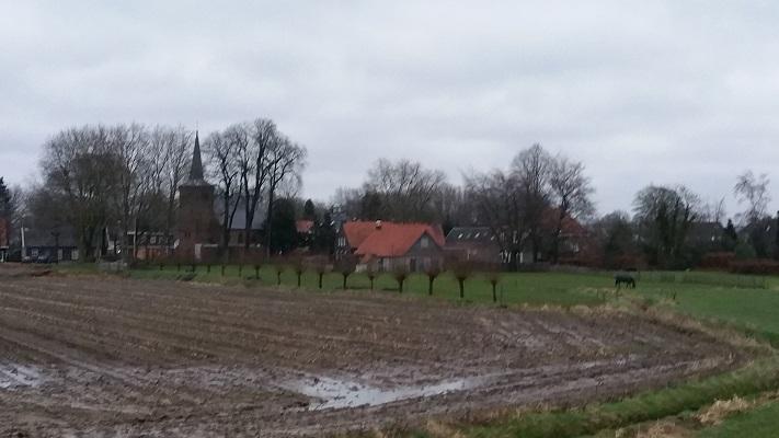 Wandelen over het Hertogenpad met zicht op Middelrode