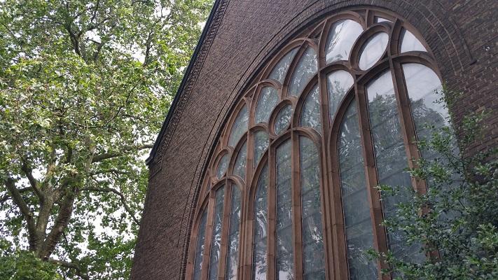 Wandelen over het Hugo de Grootpad bij klooster bij Nieuwkerk