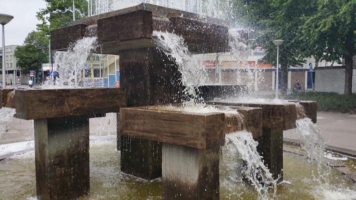 Wandelen over het Hugo de Grootpad bij fontein in Tilburg