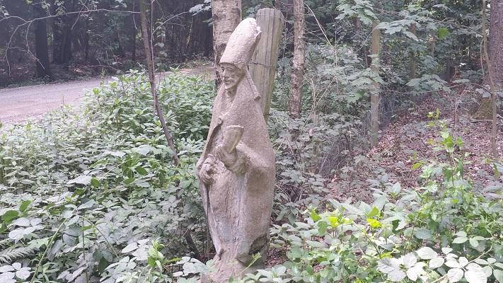 Wandelen over het Hugo de Grootpad bij gemijterde Heilige in Nieuwkerk