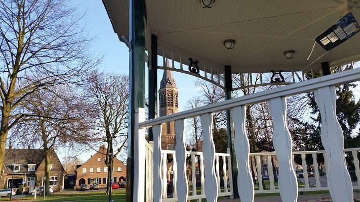 Kiosk en kerk in Nuenen tijdens een wandeling in het spoor van Van Gogh in Nuenen