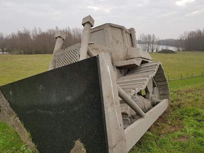 Herinnnering dijkwerken Betonnen bulldozer bij Gameren op een wandeling op Klompenpad Nywelepad bij Gameren