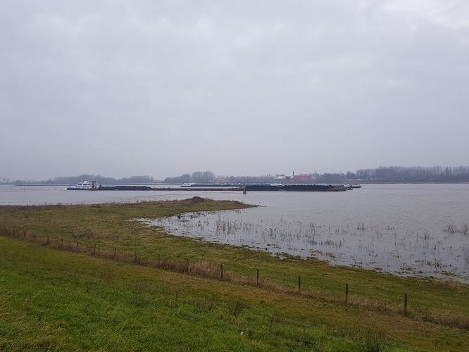 De Waal met scheepvaart op een wandeling op Klompenpad Nywelepad bij Gameren