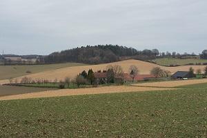 Glooiend Limburgs landschap over de Maas op een wandeling over het Krijtlandpad