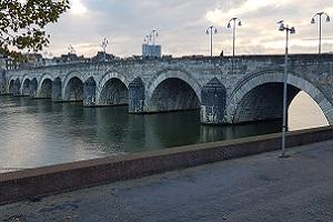 Wandelen over het Floris Vv-pad bij Sint Servaasbrug in Maastricht