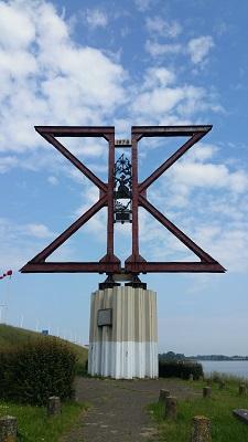 Kunstwerk spoorbrug over Hollands Diep op een wandeling over het Maaspad van Drimmelen naar Moerdijk