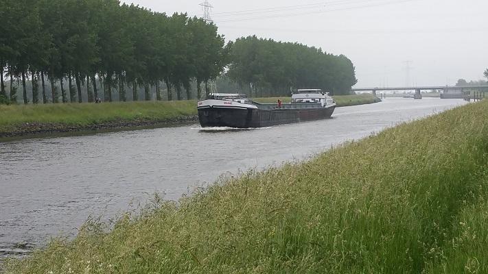 Wilhelminakanaal tijdens een wandeling over het Maaspad van Drimmelen naar Waspik