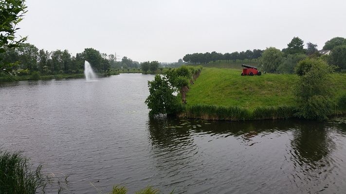 Vestingwerken Geertruidenberg tijdens een wandeling over het Maaspad van Drimmelen naar Waspik