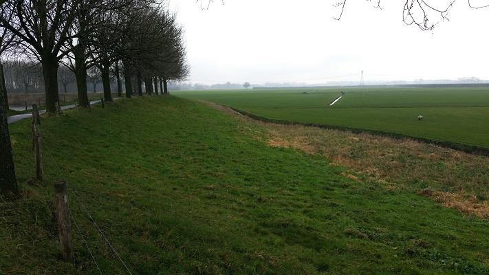 Oude Zeedijk naar Waalwijk tijdens wandeling over het Maaspad van Heusden naar Waalwijk