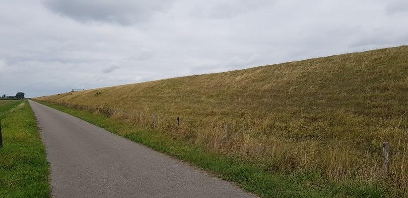 Dijk richting Hellegatsplein op een wandeling over het Maaspadvan Stad aan 't Haringvliet naar Willemstad