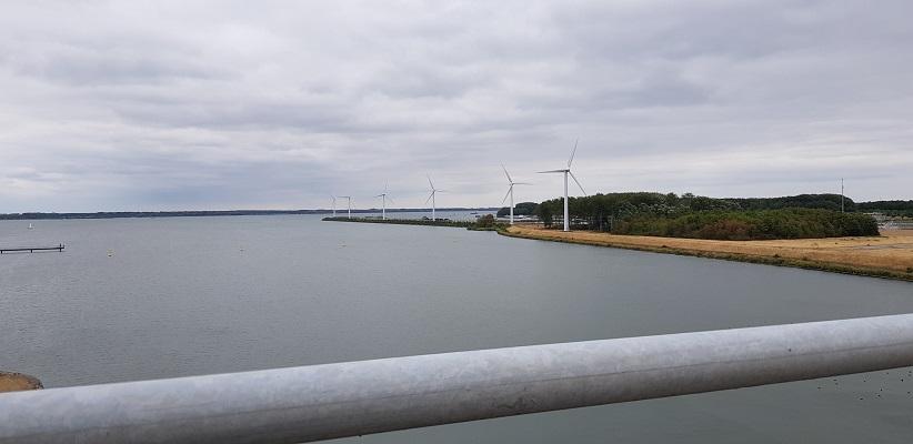 Volkeraksluizen met zicht op windmolens bij Willemstad op een wandeling over het Maaspadvan Stad aan 't Haringvliet naar Willemstad