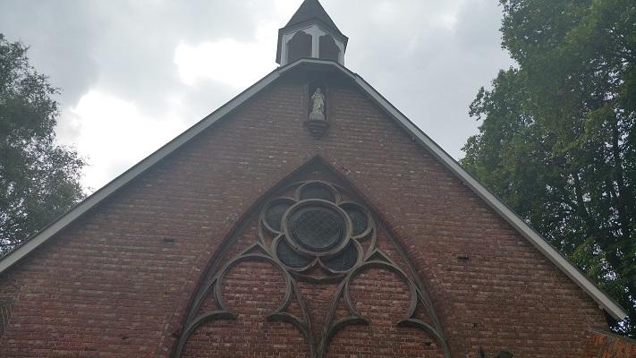 Wandelen over het Marikenpad bij klooster bij Nieuwkerk