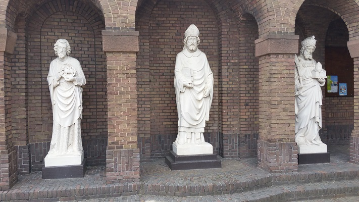 Wandelen over het Marikenpad bij beeldengroep bij Korvelse Kerk in Tilburg