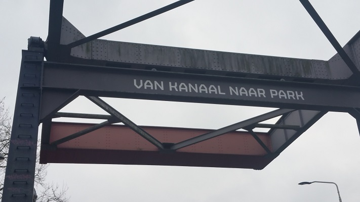 Wandelen over het Marikenpad bij brug over de Zuid-Willemsvaart in Den Bosch