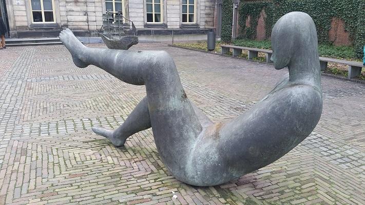 Wandelen over het Marikenpad bij kunstwerk bij Noord-Brabants Museum in Den Bosch