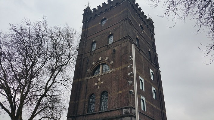 Wandelen over het Marikenpad bij de watertoren in Den Bosch