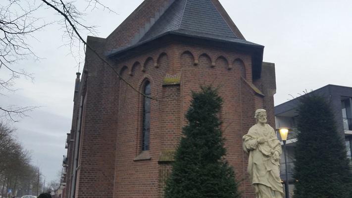 Wandelen over het Marikenpad bij de kerk in Haaren