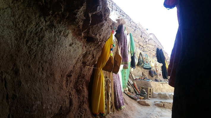 Verkoop kleding in bergdorp tijdens wandelreis in Marokko