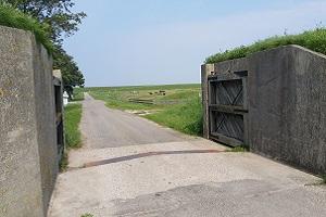 Wandelen over het Nederlands Kustpad bij waterkering
