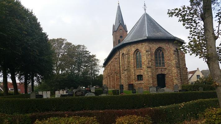 Kerk Wijnaldum op een wandeling over het Nederlands Kustpad van Franeker naar Harlingen