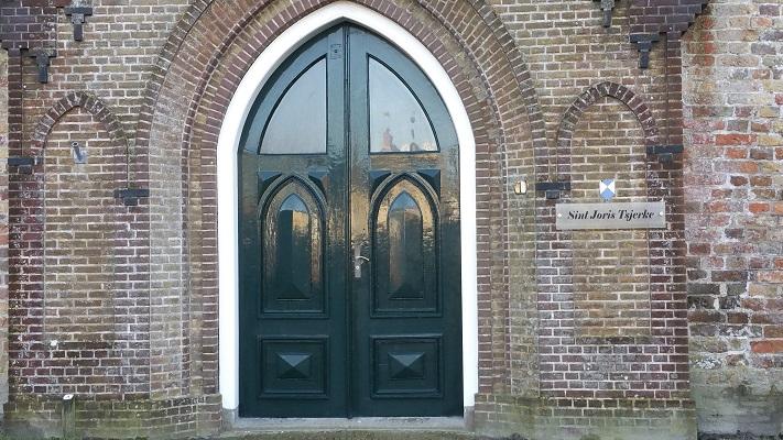 Kerk Oosterbierum op een wandeling over het Nederlands Kustpad van Franeker naar Sint Jacobiparochie