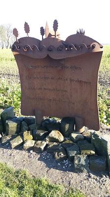 Gedenkplaquette Oosterbierum op een wandeling over het Nederlands Kustpad van Franeker naar Sint Jacobiparochie