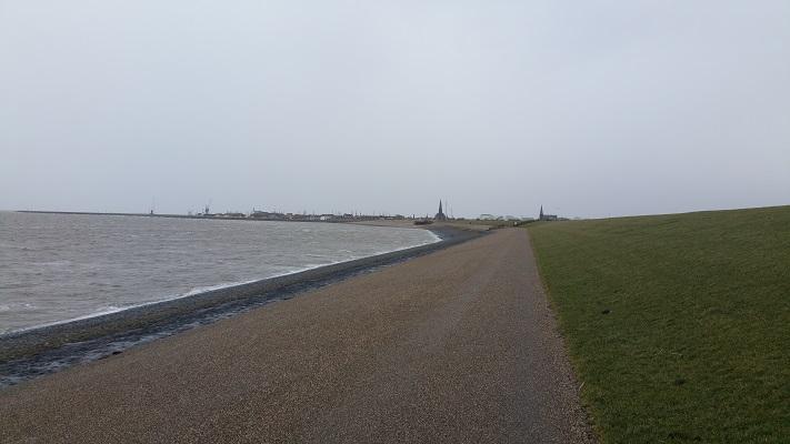 IJsselmeerdijk richting Harlingen tijdens een wandeling over het Nederlands Kustpad van Makkum naar Harlingen